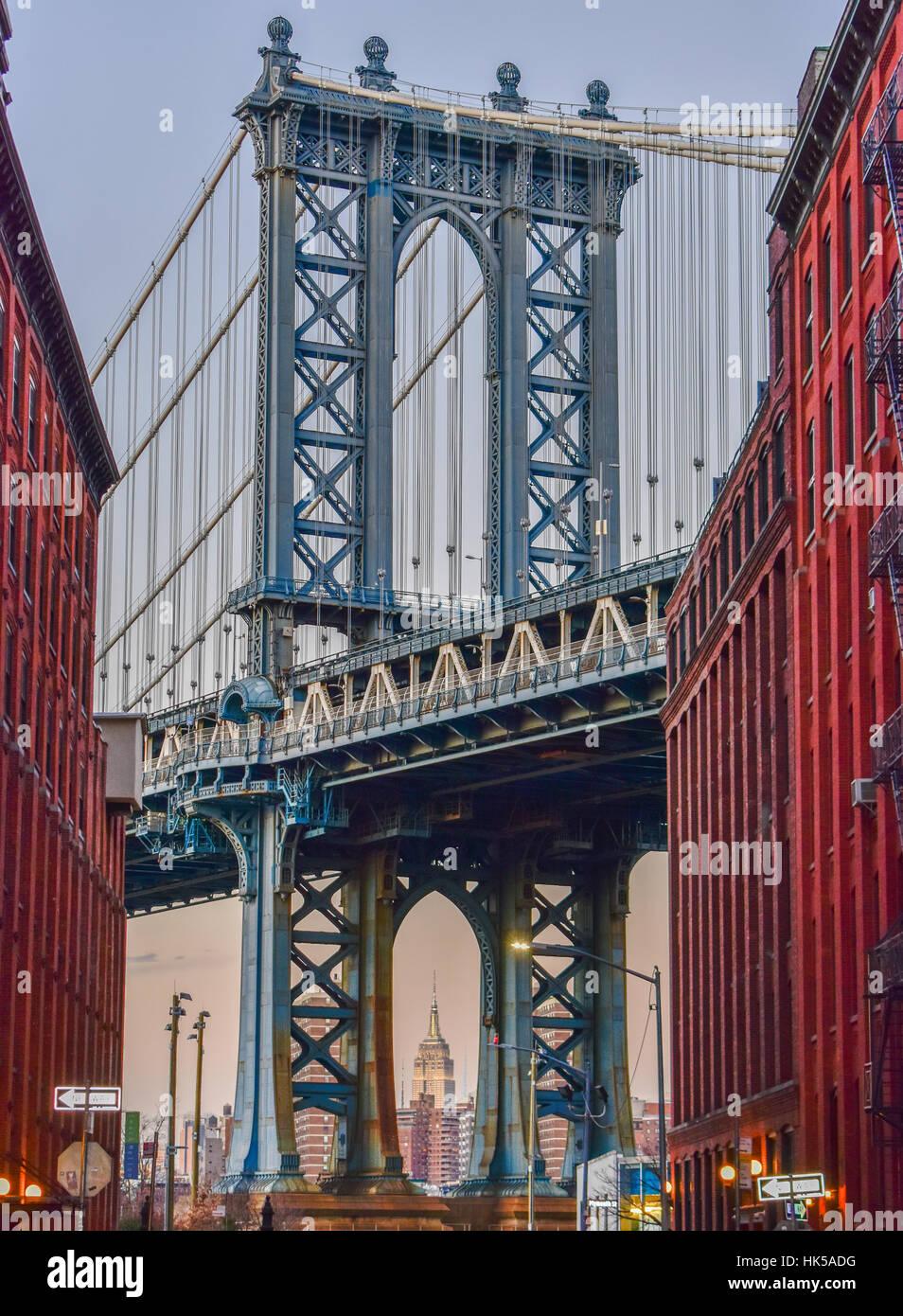 Empire State Building attraverso il ponte di Manhattan a New York City  Immagini Stock 666a06e7468a
