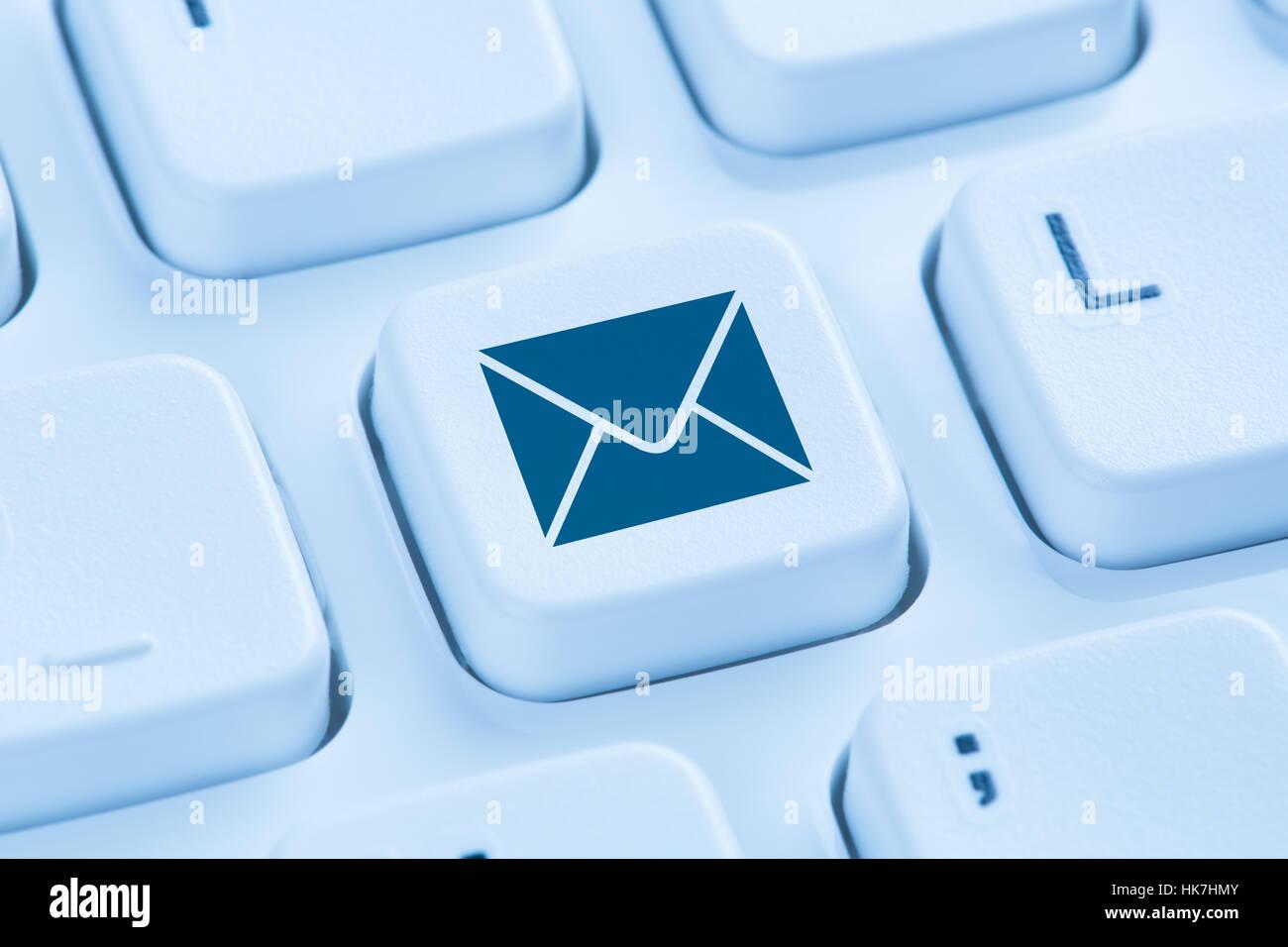 Invio di messaggi di posta elettronica posta elettronica internet lettera blu simbolo della tastiera del computer Immagini Stock