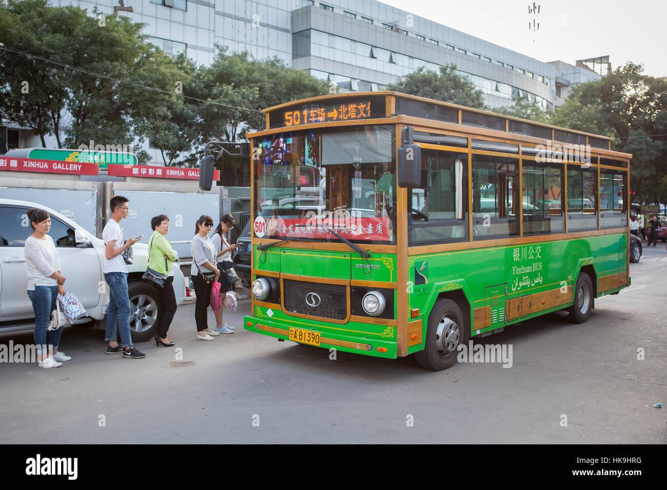 La gente che ottiene sul tipico autobus urbano. Yinchuan, Ningxia, Cina Foto Stock