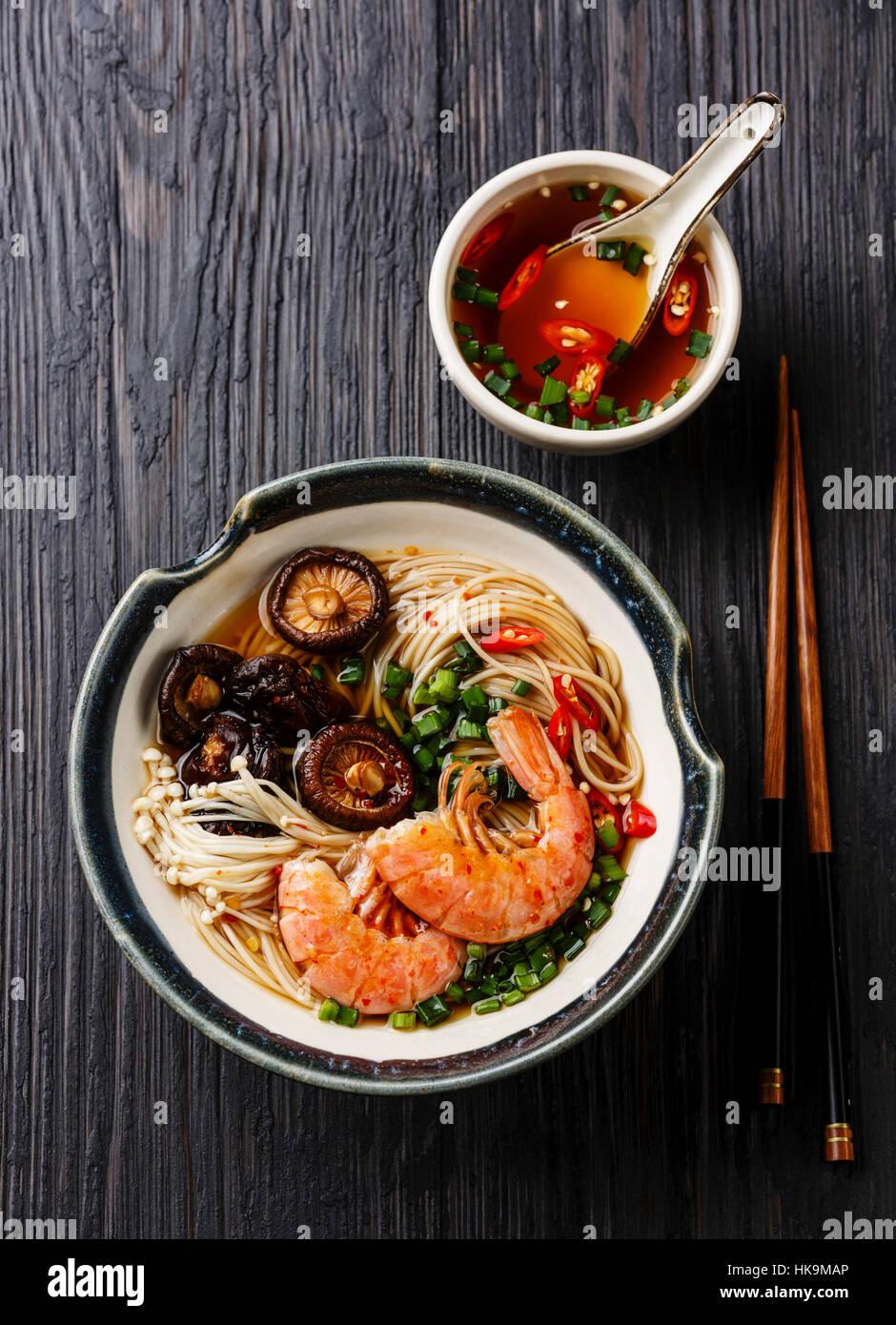 Ricetta Ramen Ai Gamberi.Spaghetti Ramen Con Gamberi E Funghi Shiitake Con Brodo Scuro Su Sfondo Di Legno Foto Stock Alamy