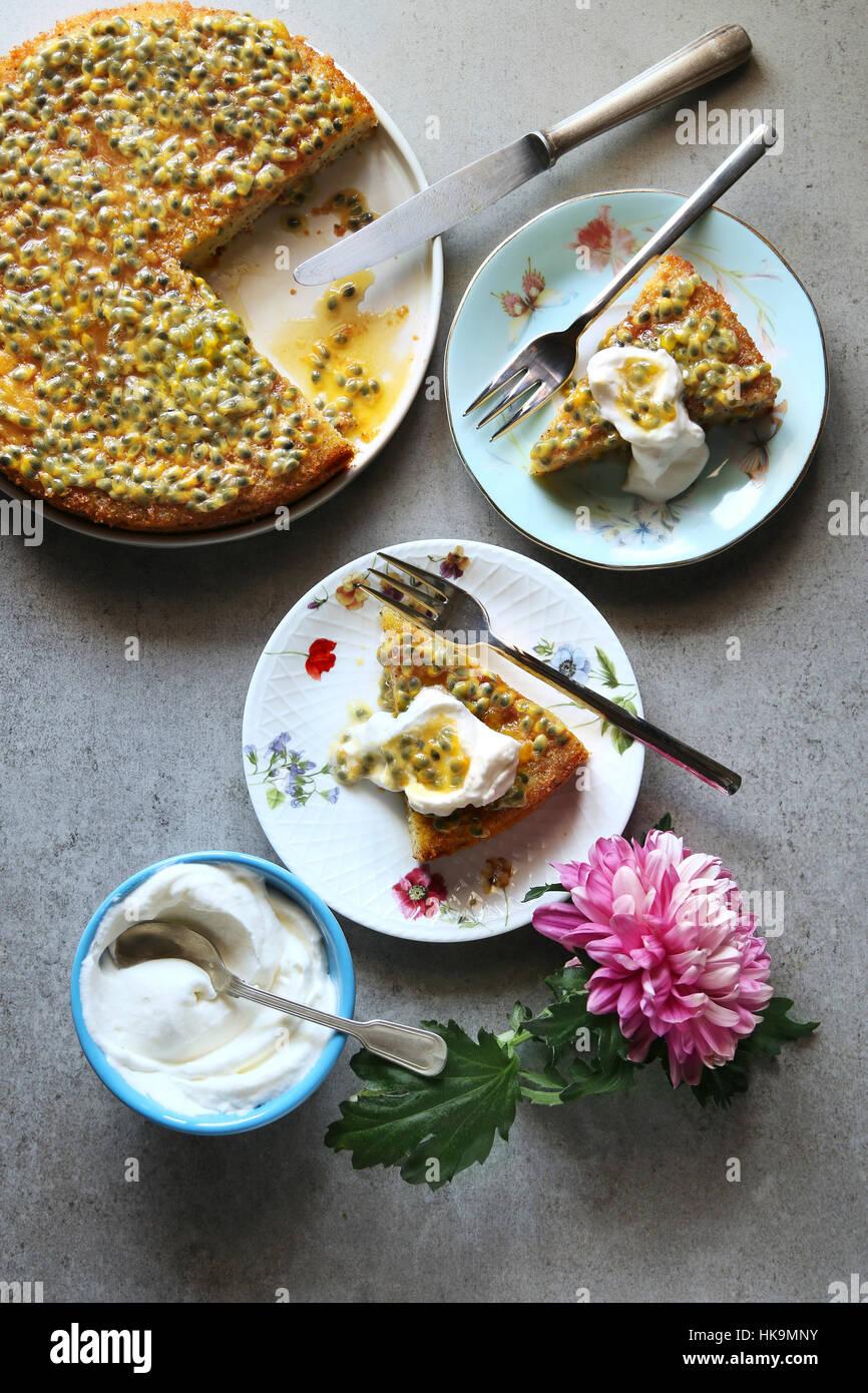 Pan di Spagna con sciroppo di frutto della passione e panna montata.vista superiore Immagini Stock