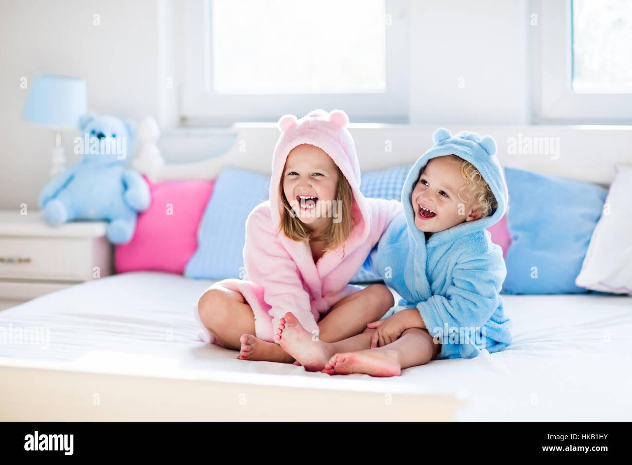 Bagno Con Un Ragazzo : Felice di ridere i bambini un ragazzo e una ragazza in morbido