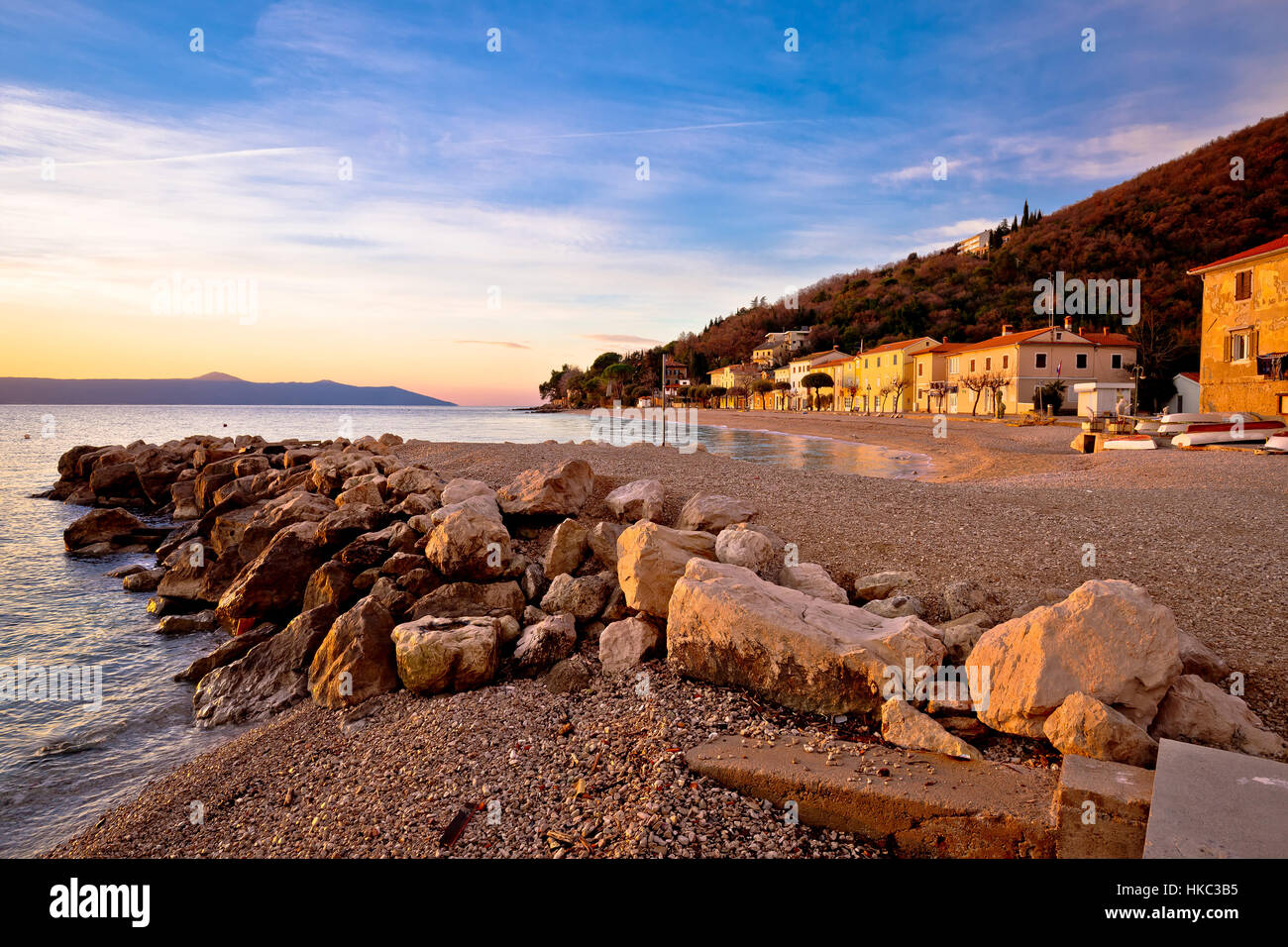 Moscenicka Draga village beach a sunrise, Opatija e la riviera di Croazia Immagini Stock