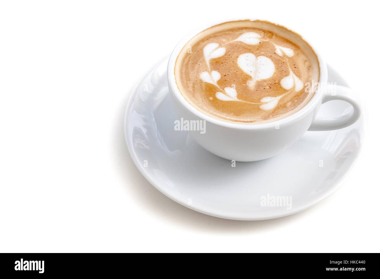 Tazza da caffè di latte art molti forma di cuore su sfondo bianco isolato, allineamento a destra Immagini Stock