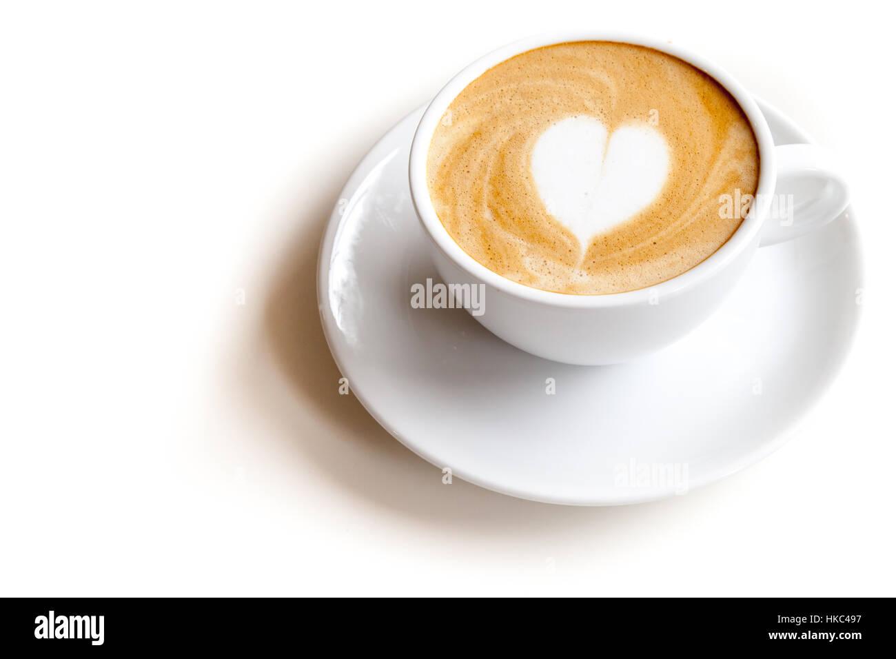 Tazza da caffè di latte art forma di cuore su sfondo bianco isolato Immagini Stock