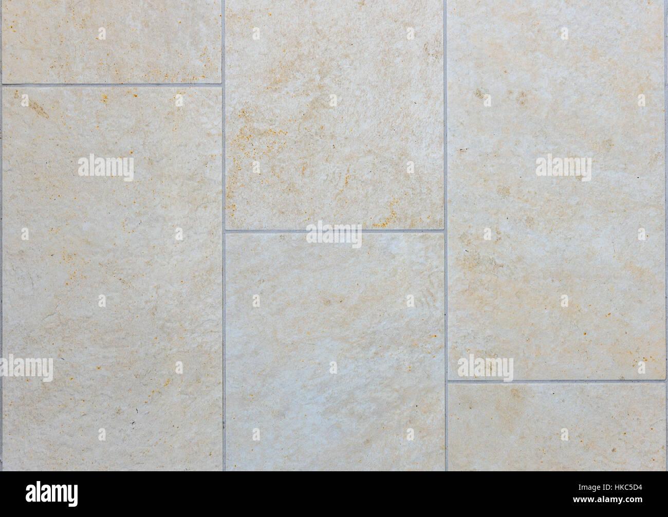 Sporco il terrazzo esterno con piastrelle. immagine del pavimento