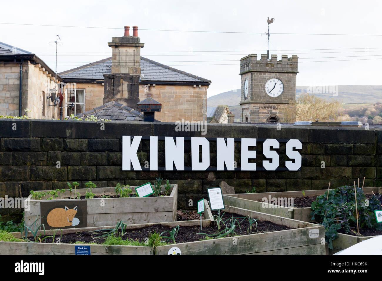 """Pubblico letti vegetali con """"gentilezza"""" segno, Todmorden, West Yorkshire Immagini Stock"""