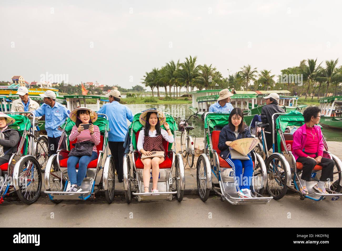 HOI AN, VIETNAM - Febbraio 7, 2016: turisti asiatici attendere per il loro ciclo tour di Hoi An old town per iniziare. Immagini Stock