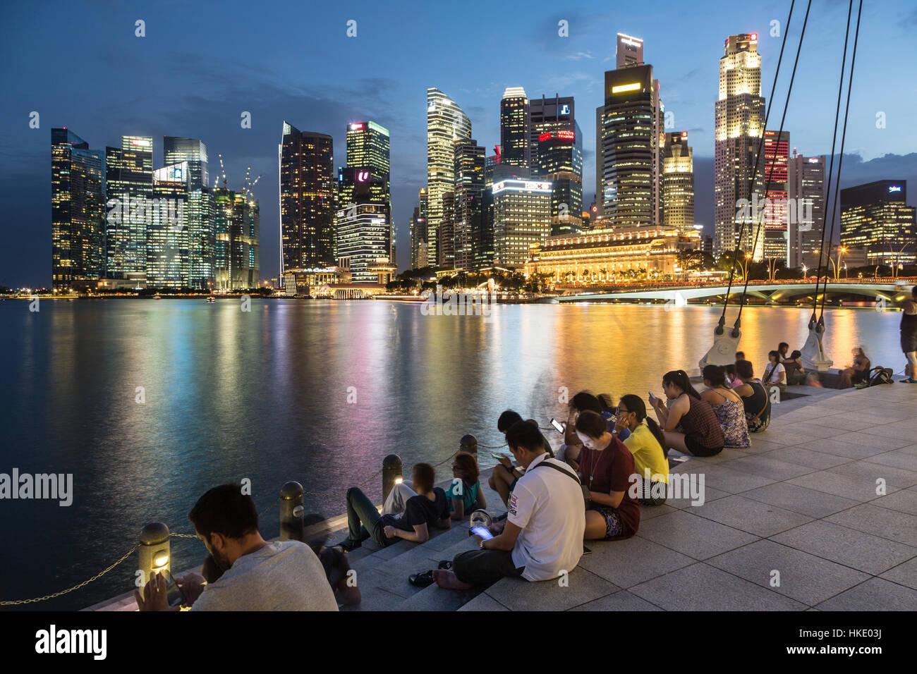 SINGAPORE, Singapore - 22 febbraio 2016: il turista a godere la vista sul famoso skyline di Singapore dalla marina. Immagini Stock