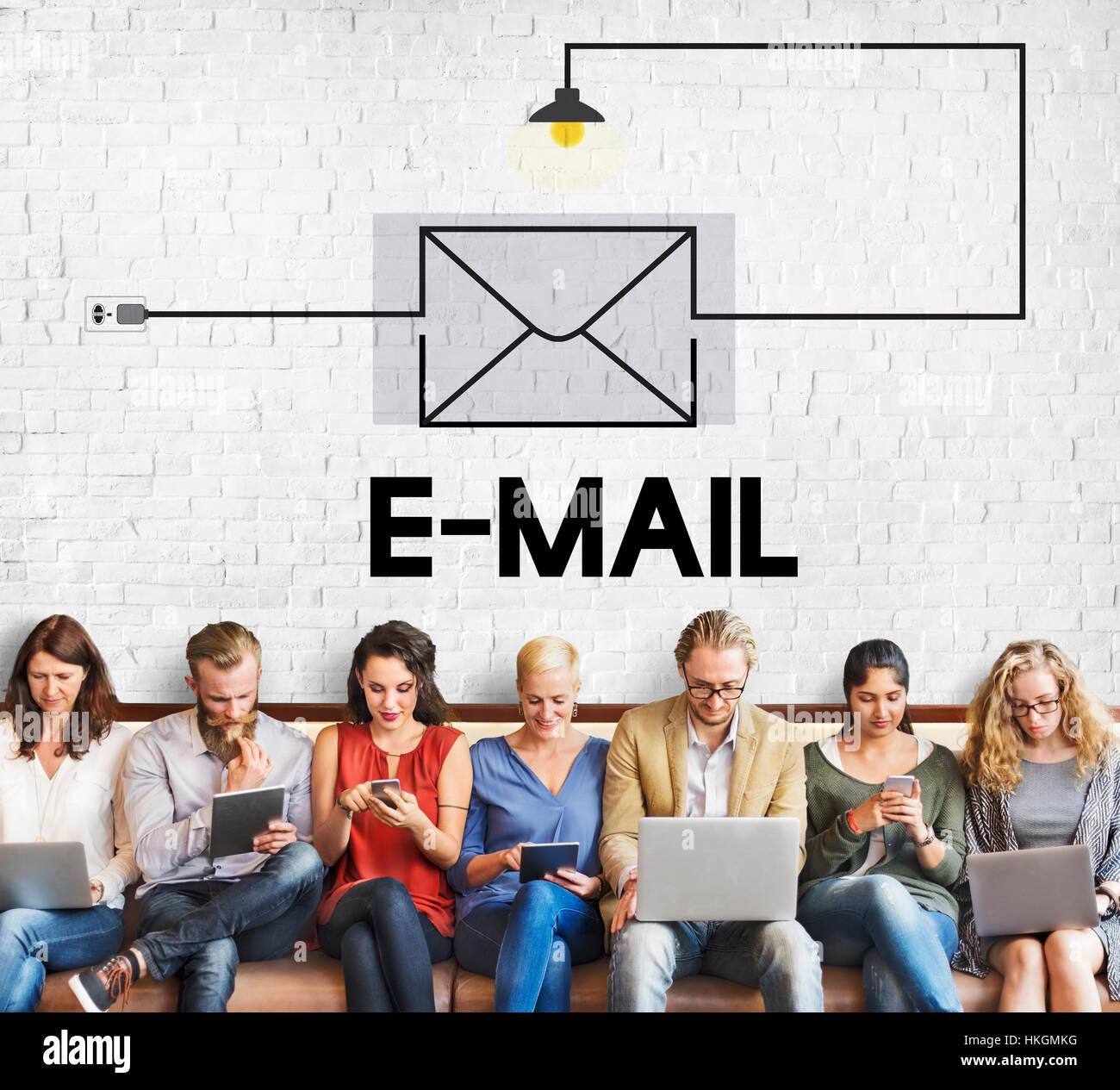 Messaggio di posta elettronica in arrivo il concetto di comunicazione Immagini Stock