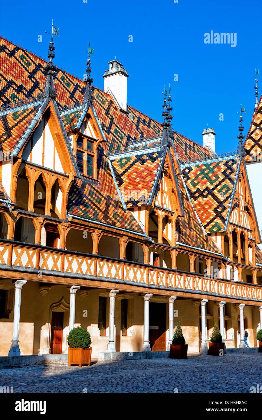 In piastrelle policrome tetto dell'Hospices de Beaune in Borgogna Immagini Stock