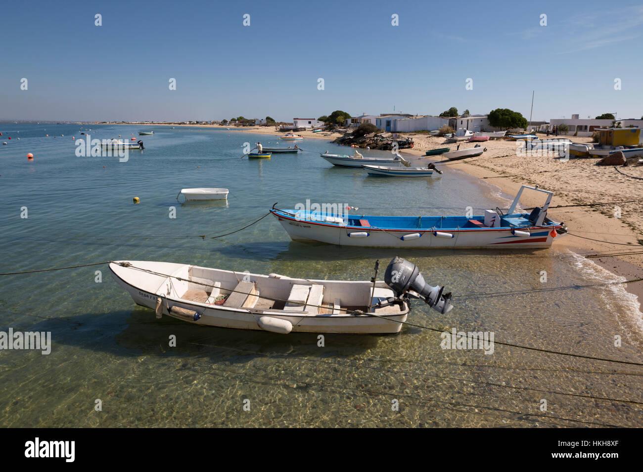 Barche ormeggiato a spiaggia di Ilha do Farol, Culatra isola barriera, Olhao, Algarve, Portogallo, Europa Immagini Stock
