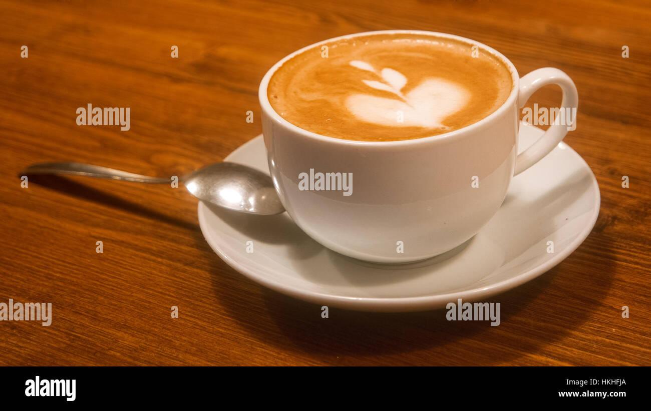 Cappuccino era calda tazza di caffè marrone sul tavolo in legno