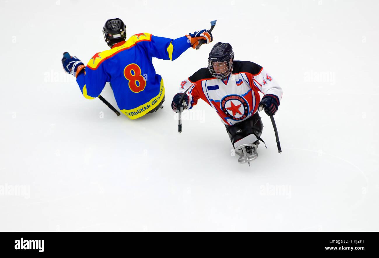 PODOLSK, Russia - 14 gennaio 2017: i giocatori non identificato di Ladoga (blu) e Zvezda (bianco) del team di sledge Foto Stock