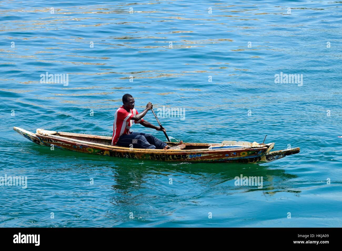 Il canottaggio pescatore in canoa, Senegal Immagini Stock