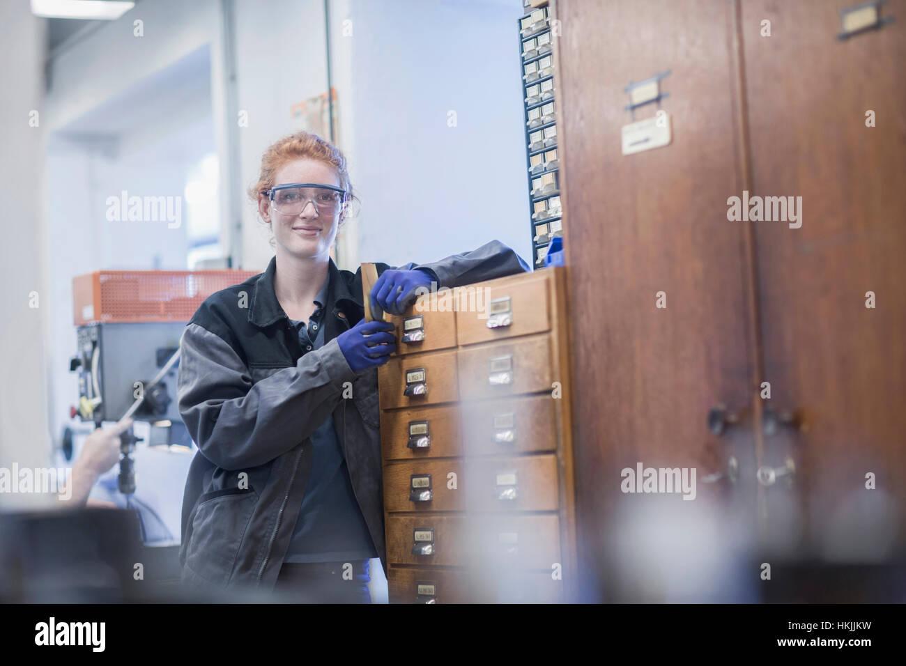 Ritratto di un giovane ingegnere femmina in piedi in un impianto industriale di Freiburg im Breisgau, Baden-Württemberg, Immagini Stock