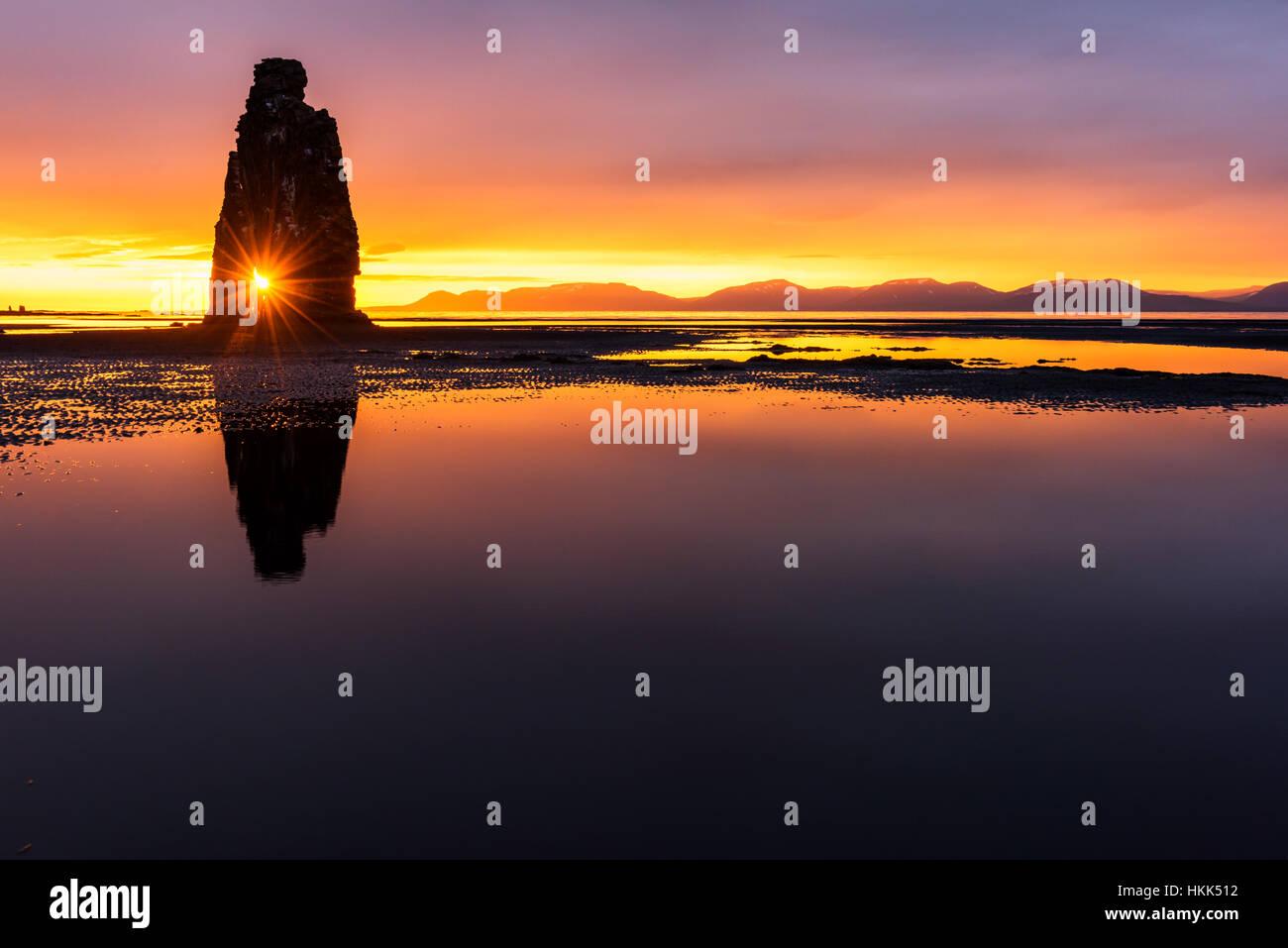 Stack di basalto Hvitserkur sulla penisola di Vatnsnes, Islanda, l'Europa. Immagini Stock