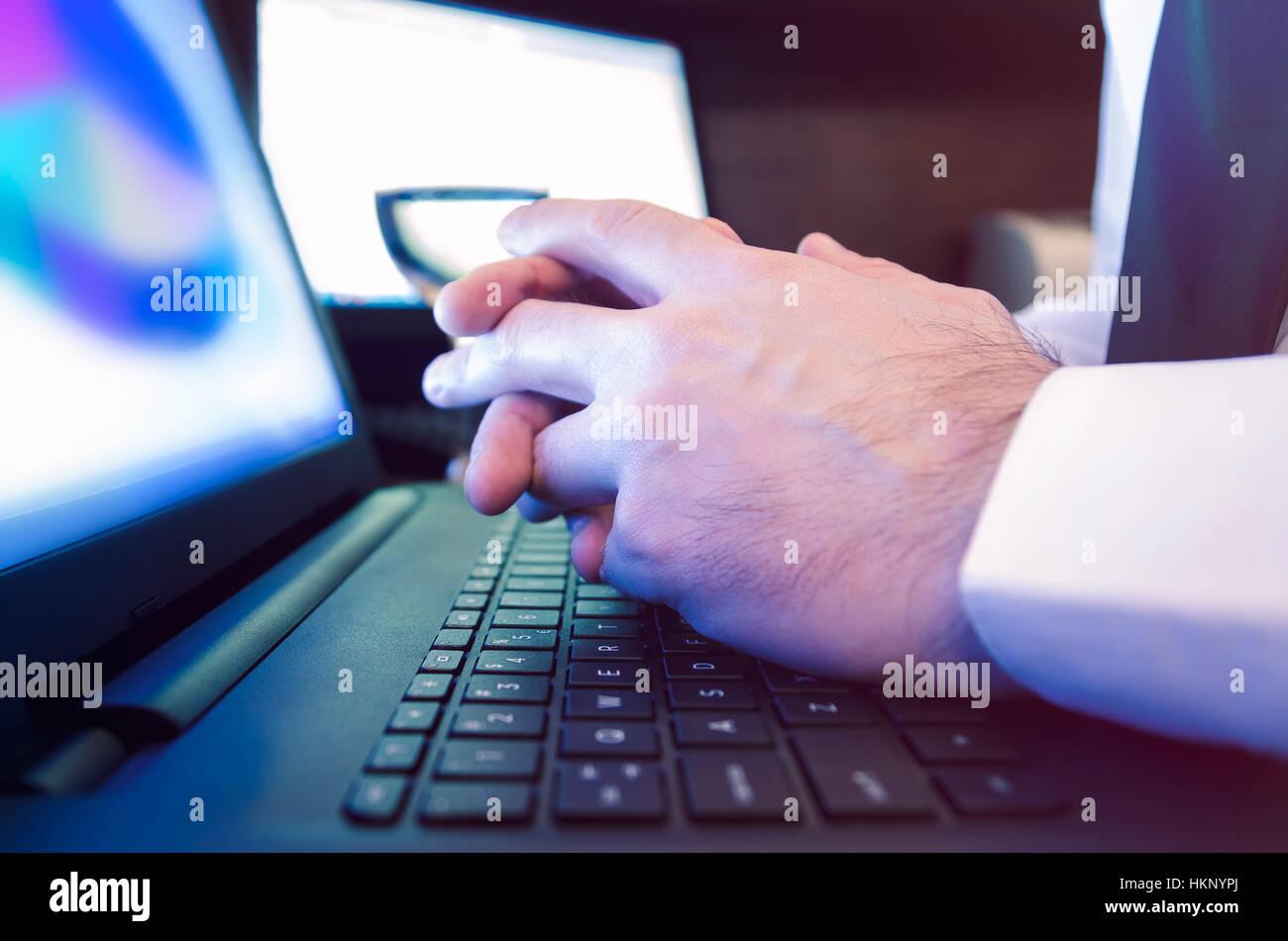 Maschi incrociati mani appoggiate su laptop Immagini Stock
