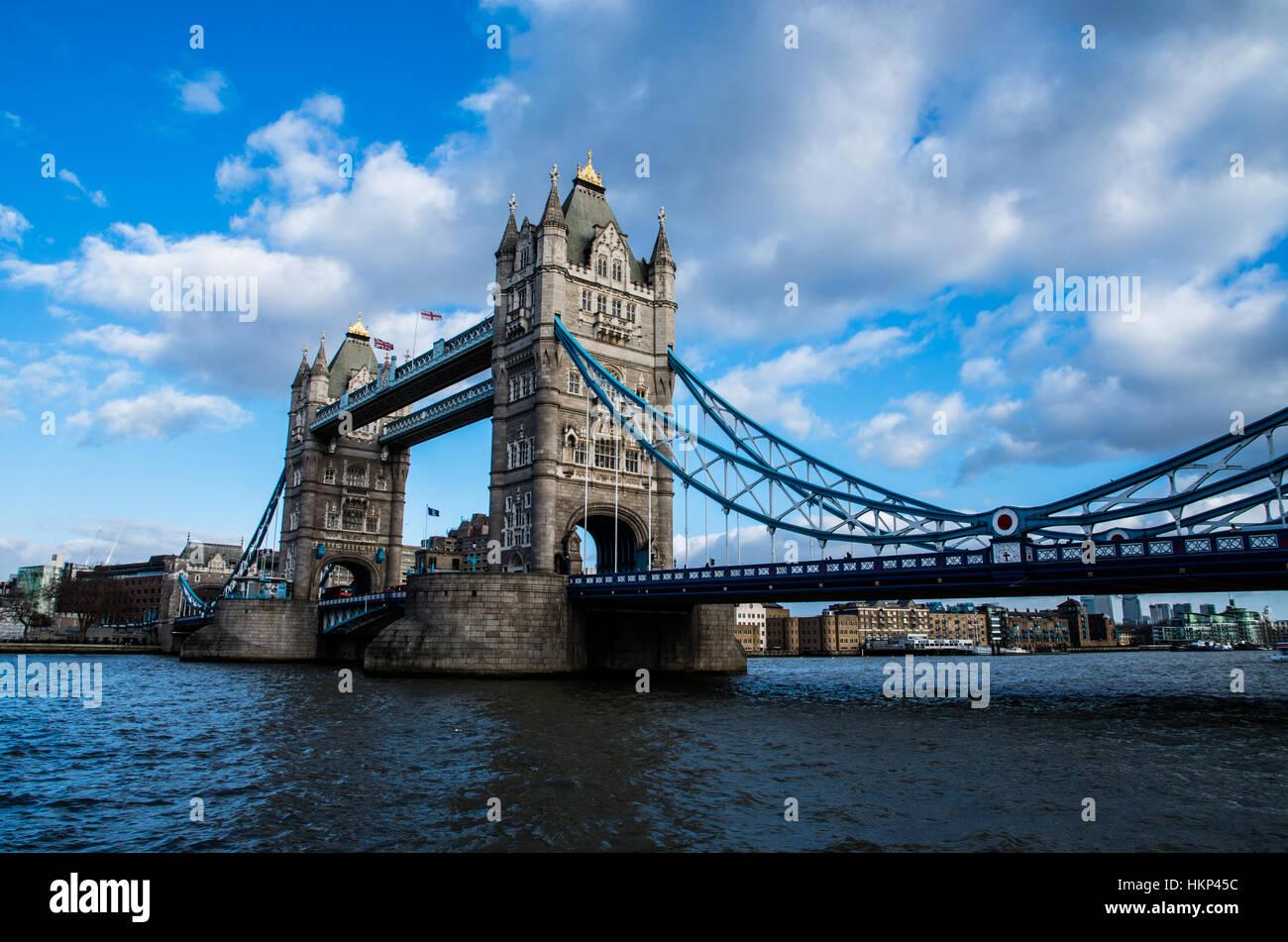 L'iconico Tower Bridge con il suo profilo di grande contro il blu cielo sereno in inverno. Immagini Stock
