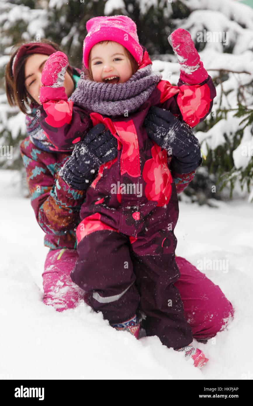 Madre e figlia in costumi d'inverno Immagini Stock