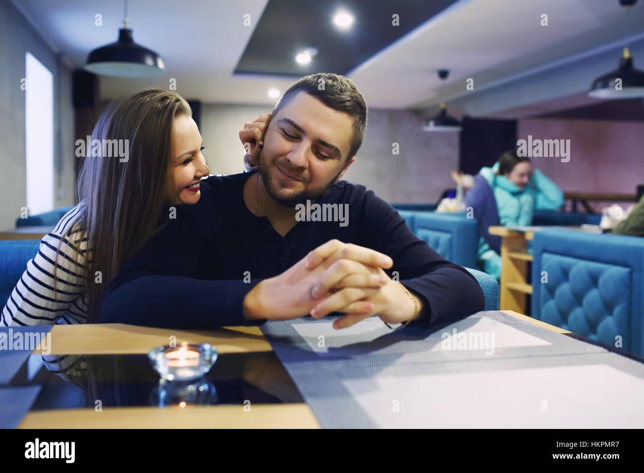 Due persone in cafe godendo il tempo spesa con l'altra. Tonica. Messa a fuoco selettiva. Immagini Stock