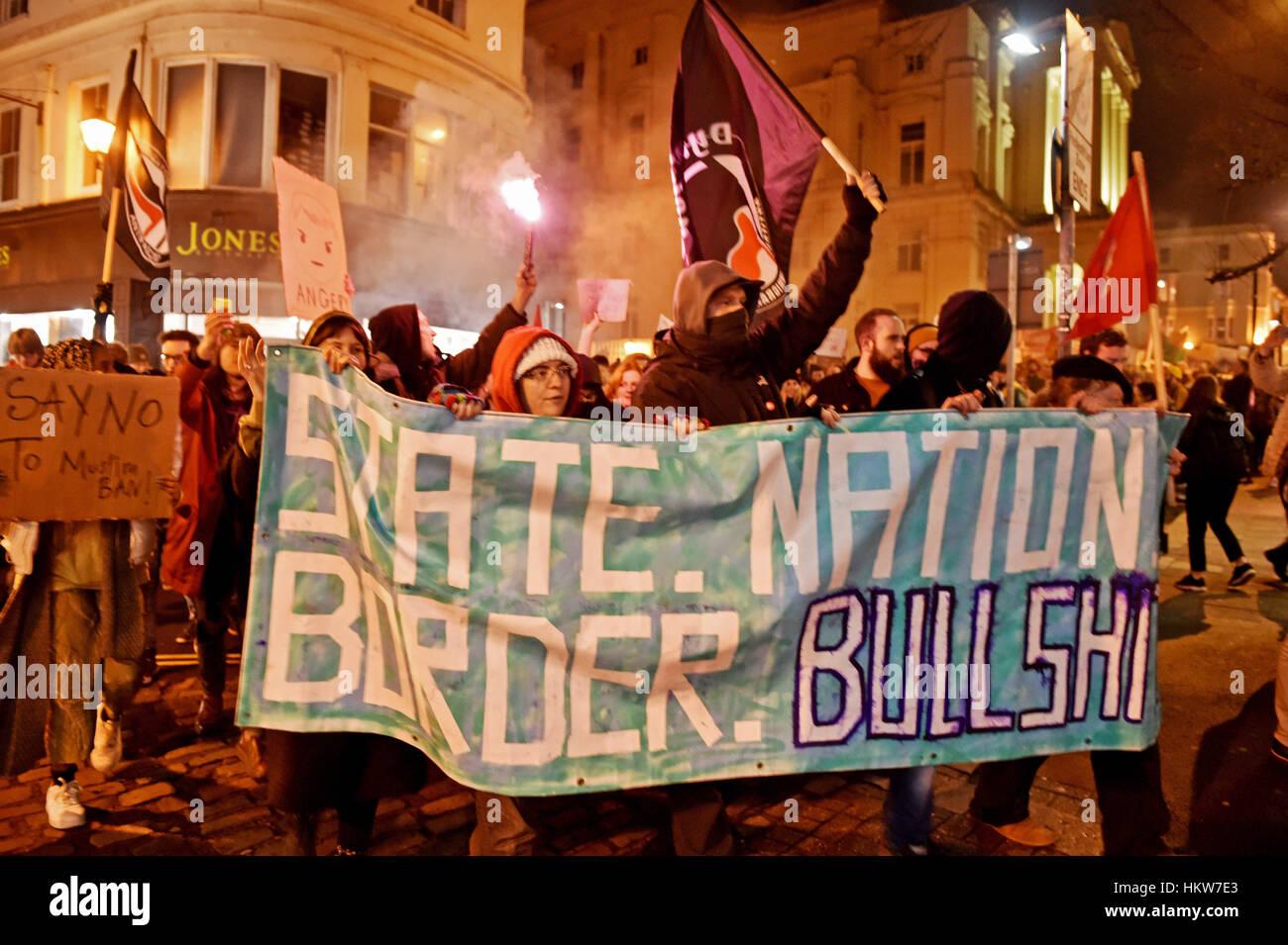 Brighton, Regno Unito. Il 30 gennaio, 2017. Migliaia di persone si prendono per le strade di Brighton che prendono Foto Stock
