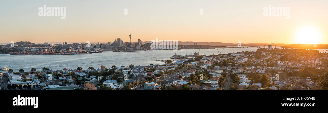 Tramonto, Waitemata Harbour, Sky Tower, skyline con grattacieli, Central Business District, Regione di Auckland, Immagini Stock