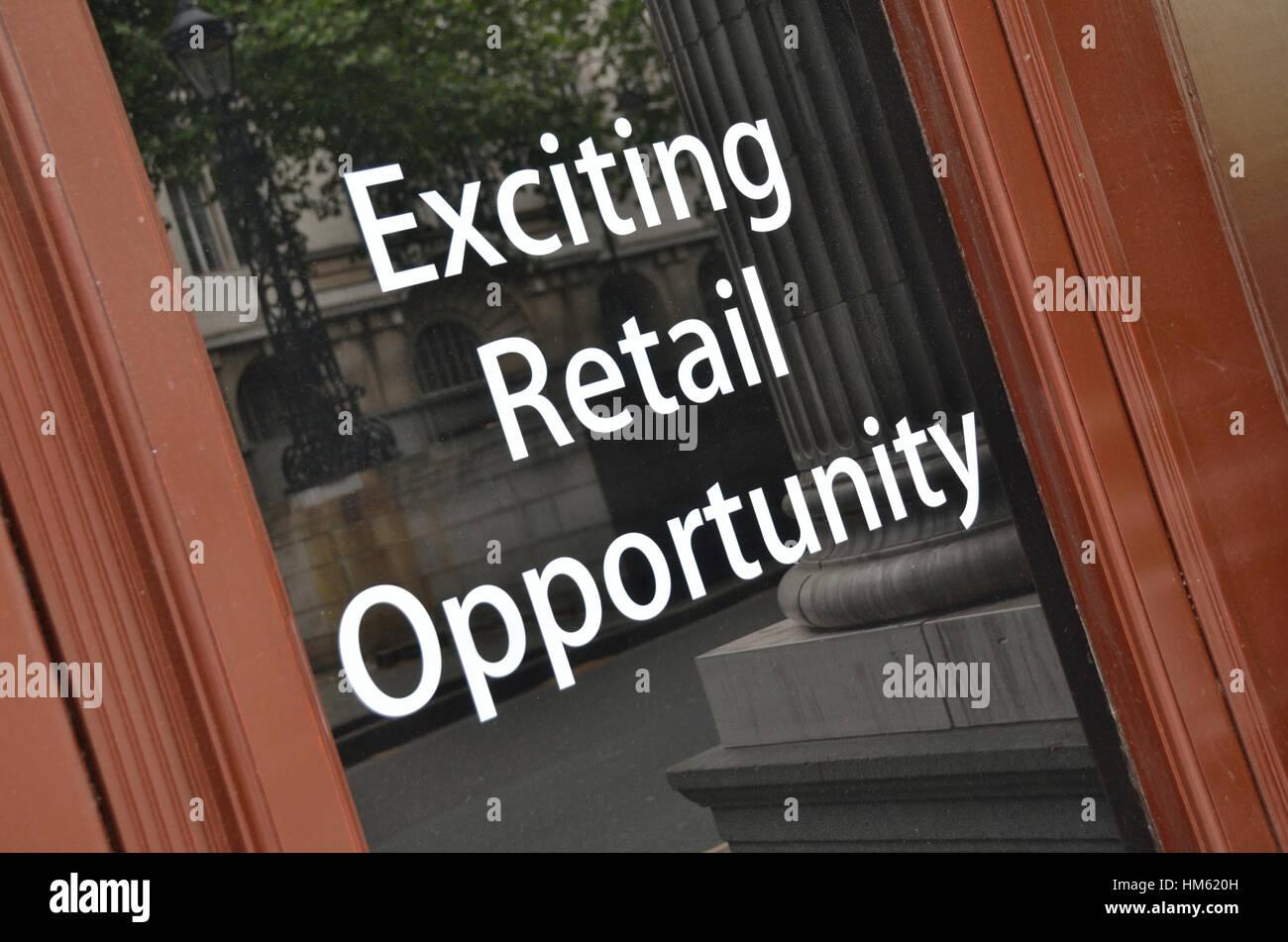 Entusiasmante Retail opportunità accedi alla vetrina di un negozio. Immagini Stock