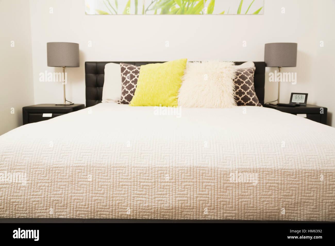 Grande letto per due persone Immagini Stock