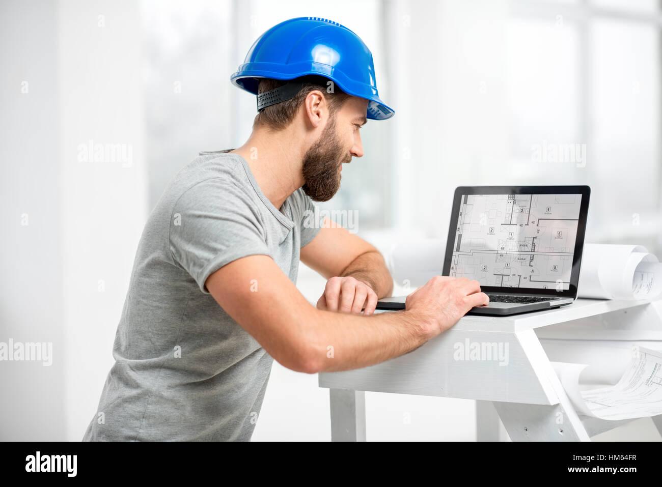 Architetto lavora con computer portatile presso la struttura interno Immagini Stock