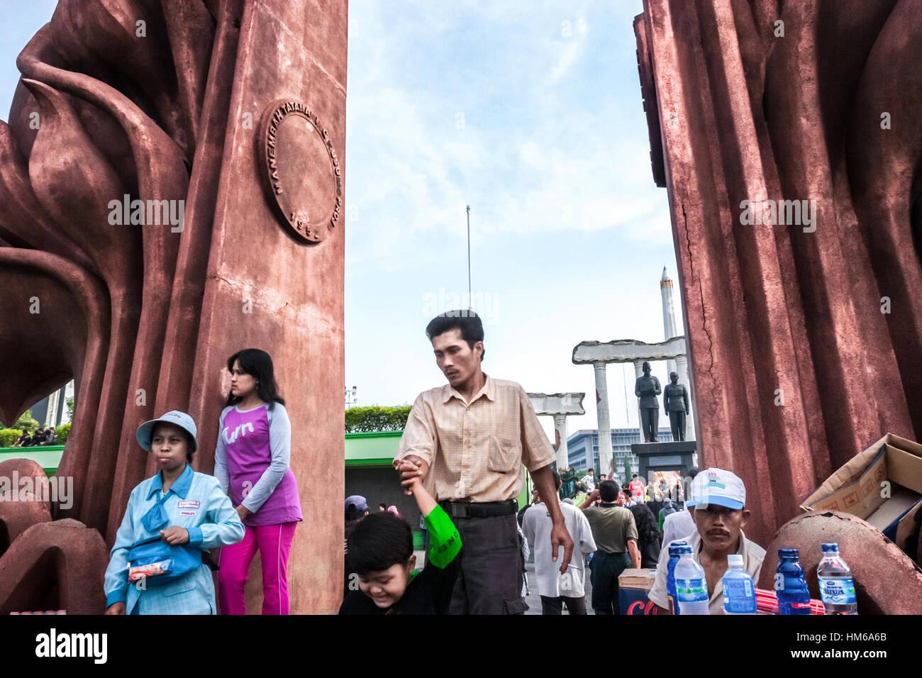 La folla alla porta di eroi monumento in Surabaya dove Soekarno-Hatta monumento si trova. © Rinaldo Sumayku Immagini Stock
