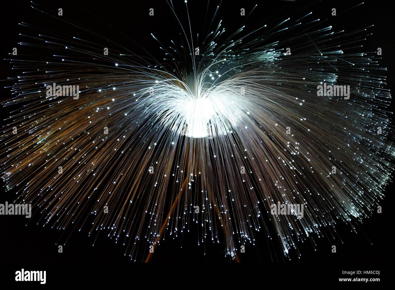 In fibra ottica della luce della lampada su sfondo scuro