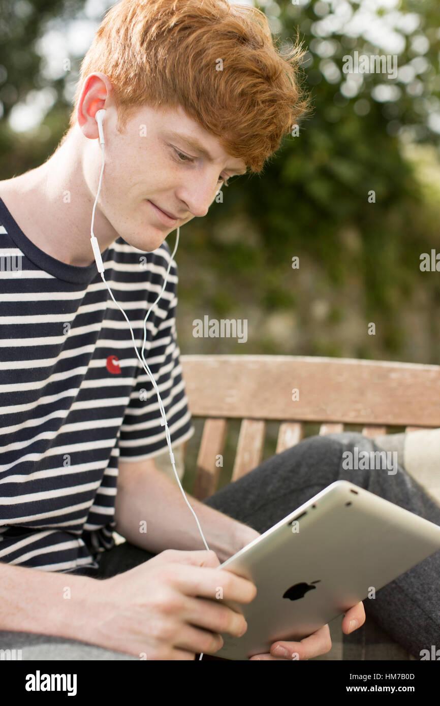 Boy utilizzando un i pad Immagini Stock
