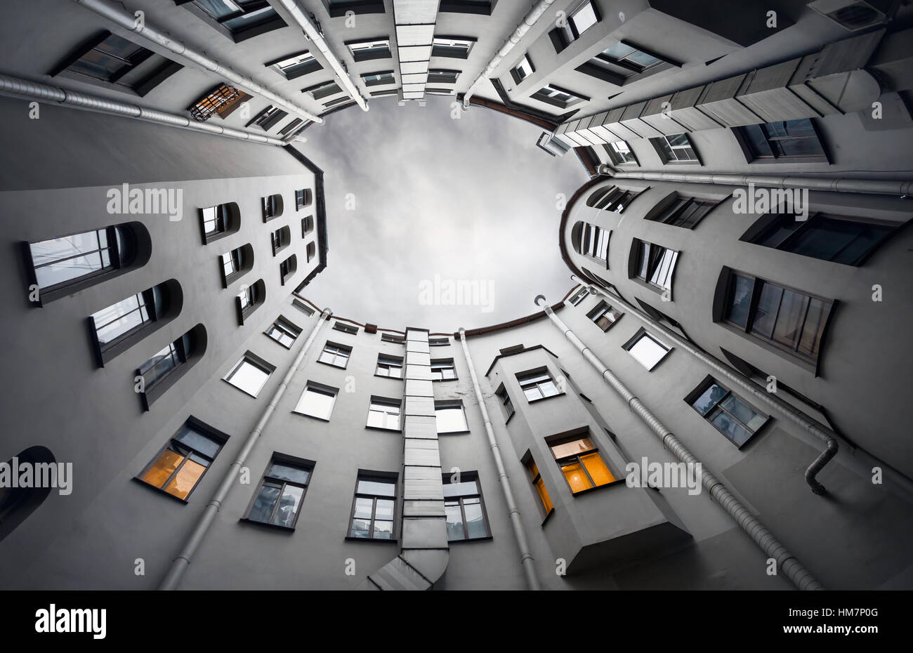 Cantiere-ben di bottom-up con cielo grigio al crepuscolo, architettura classica della vecchia San Pietroburgo, Russia Immagini Stock