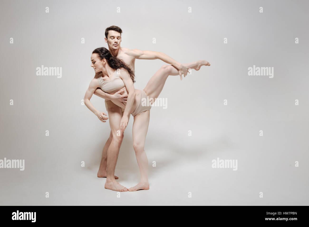 Coppia giovane stretching isolato in uno sfondo bianco Immagini Stock