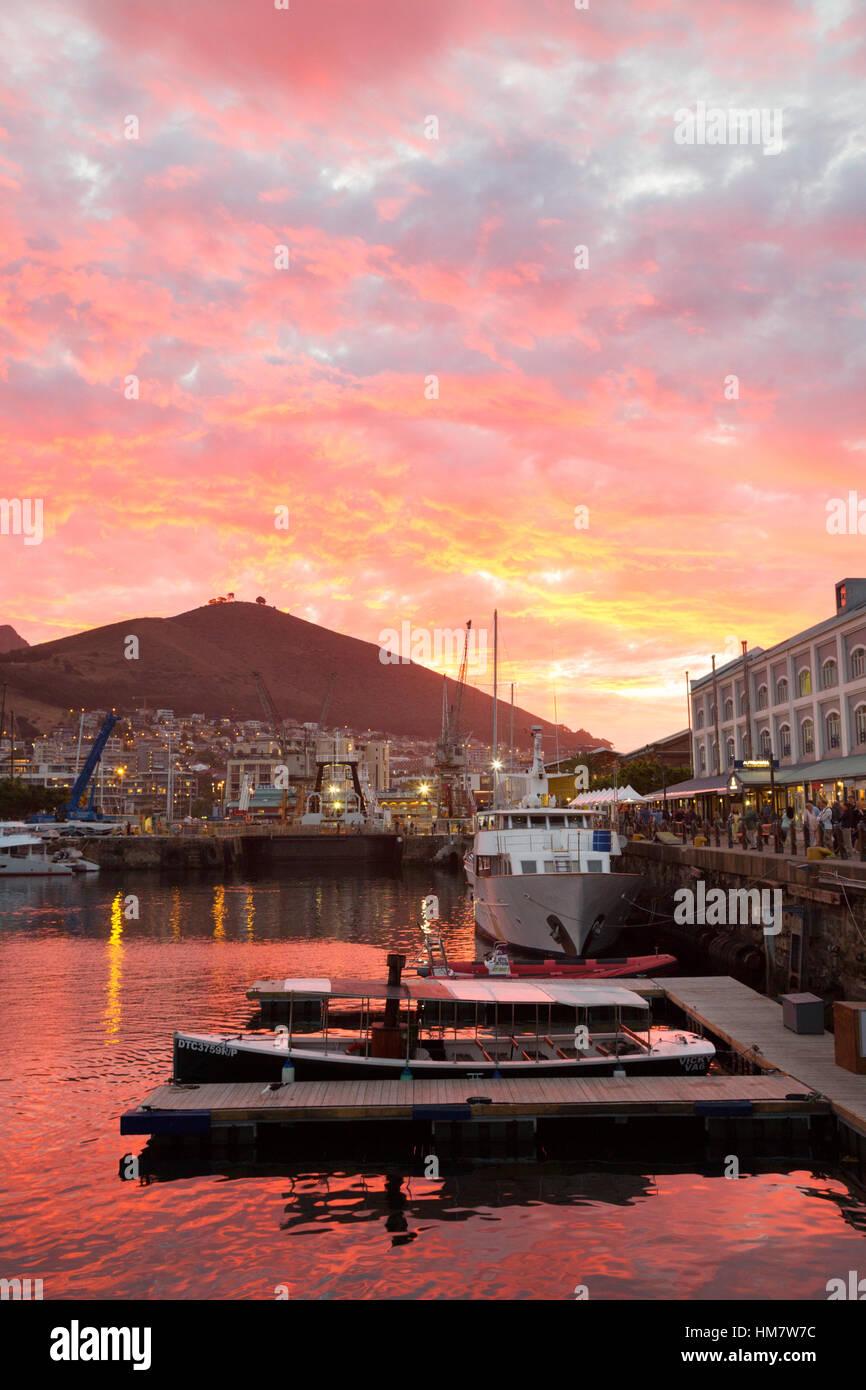 Tramonto spettacolare sopra il Victoria & Alfred Waterfront, Città del Capo, Sud Africa Immagini Stock