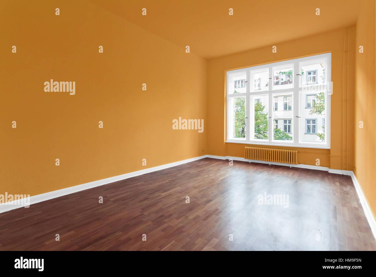 Pareti Colore Arancione : Stanza vuota con pareti di colore arancione e il pavimento in legno