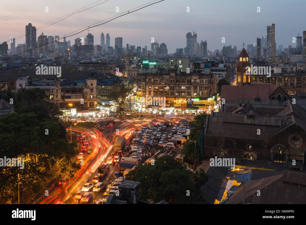 Sera Rush Hour a Crawford mercato, ora chiamato mahatma Jyotiba Phule Market, Skyline, Mumbai, Maharashtra, India Immagini Stock