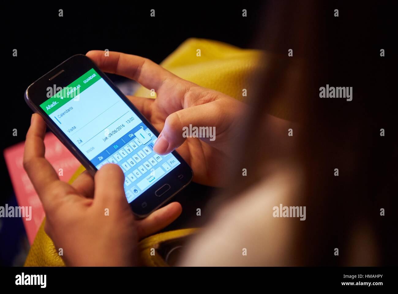 Donna scrivendo un messaggio di posta elettronica. Smartphone Immagini Stock