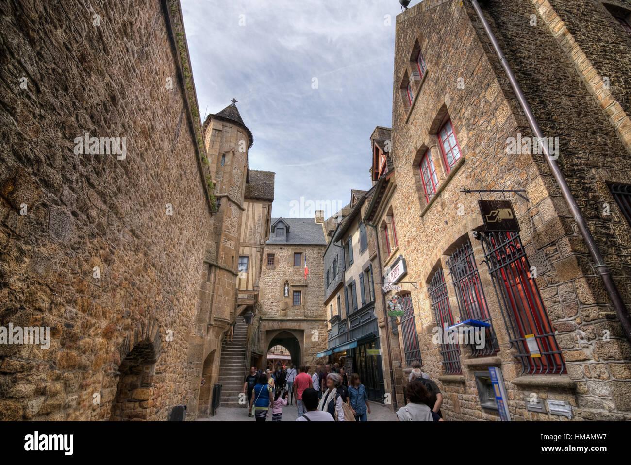 Dentro le mura, botton vista sulla strada principale di Mont-Saint ...