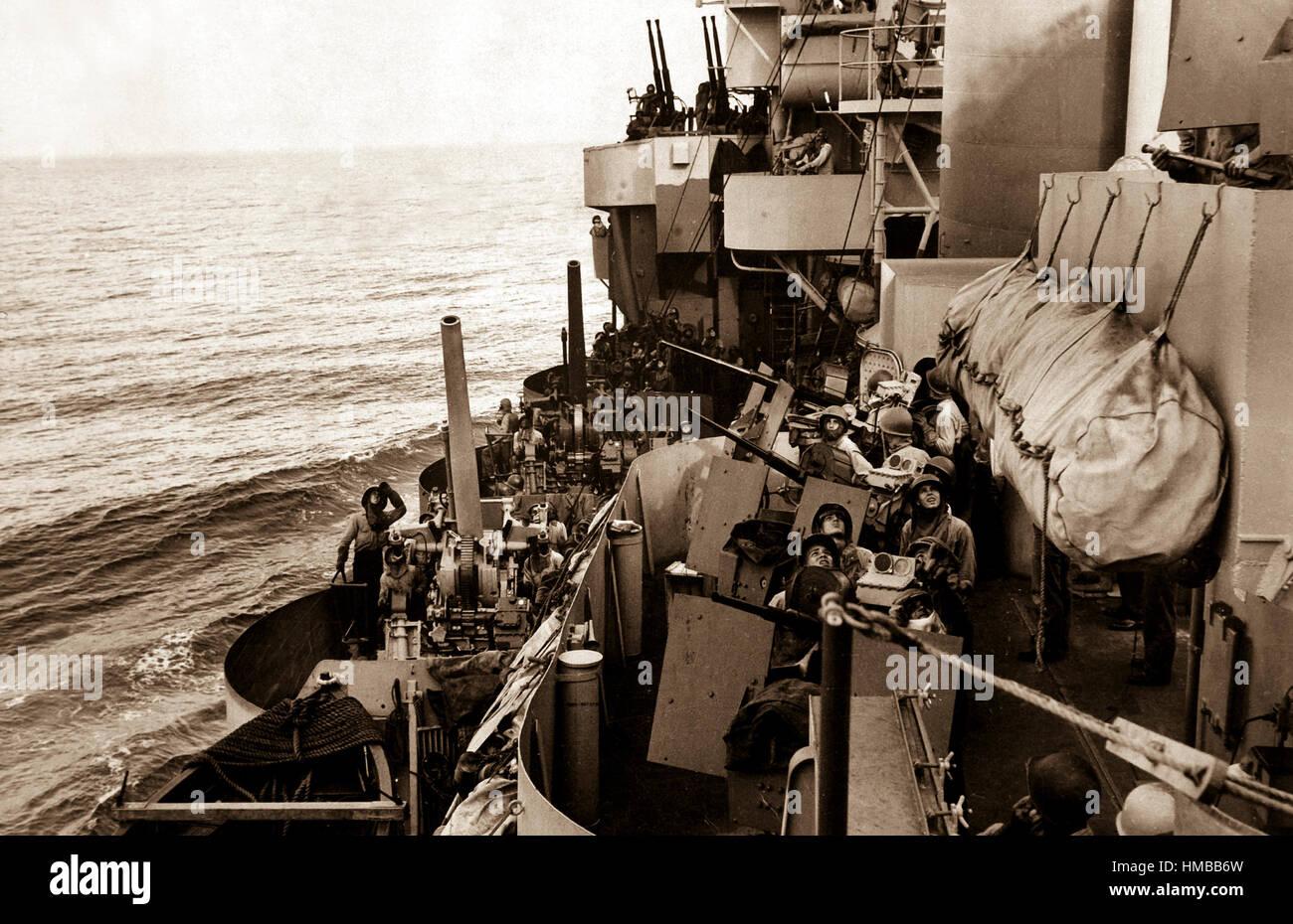 La pistola gli equipaggi di un incrociatore della Marina americana di copertura di atterraggio sulla isola di Mindoro, Immagini Stock