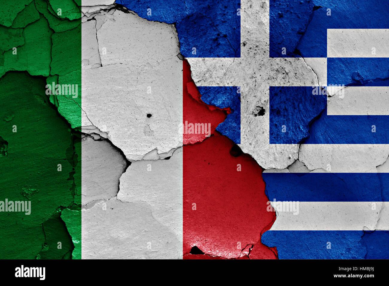 Bandiere di Italia e Grecia dipinta sulla parete incrinato Foto ...