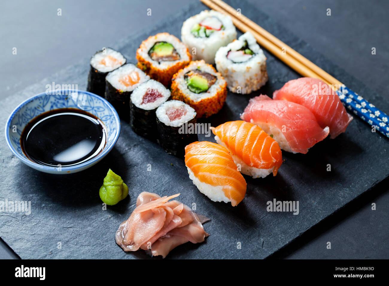 Salmone e sushi di tonno su nero piastra di ardesia Immagini Stock