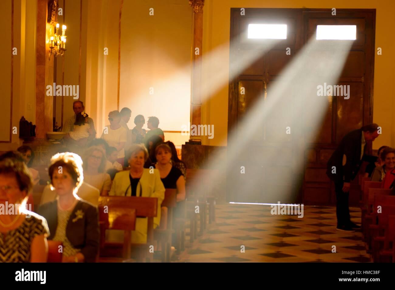 I raggi di luce provenienti attraverso la finestra della parrocchia di San Bartolome de Almussafes, Valencia, Spagna, Immagini Stock