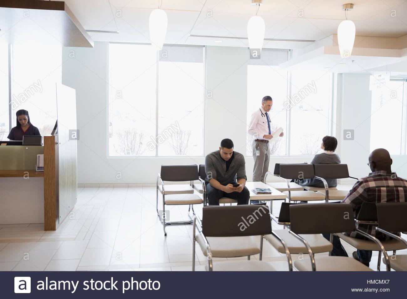 In Sala D Attesa.Medico E Pazienti In Clinica In Sala D Attesa Foto Immagine Stock