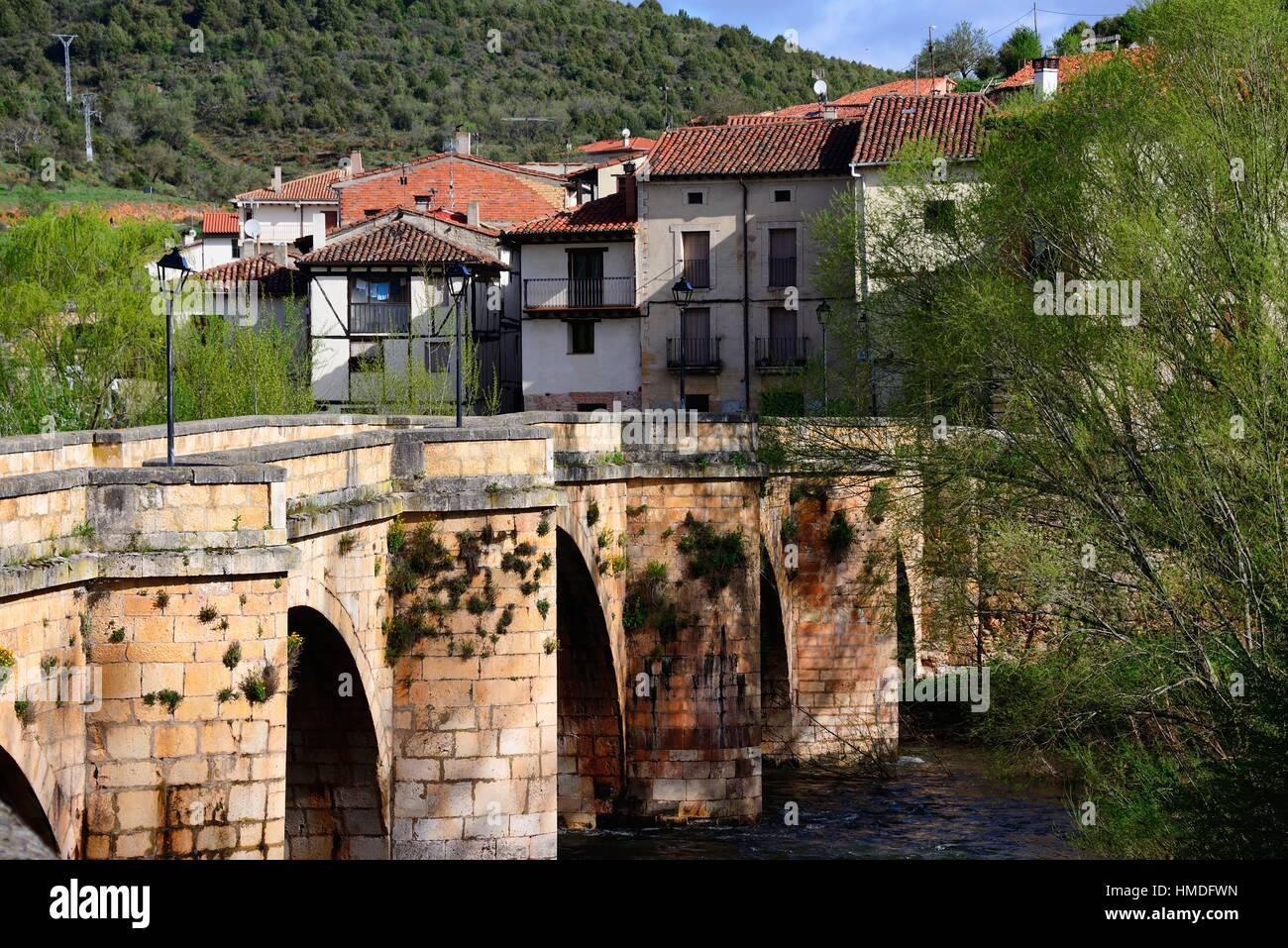 Ponte sul fiume arlanza la vecchia citt di covarrubias for Cabine sul bordo del fiume