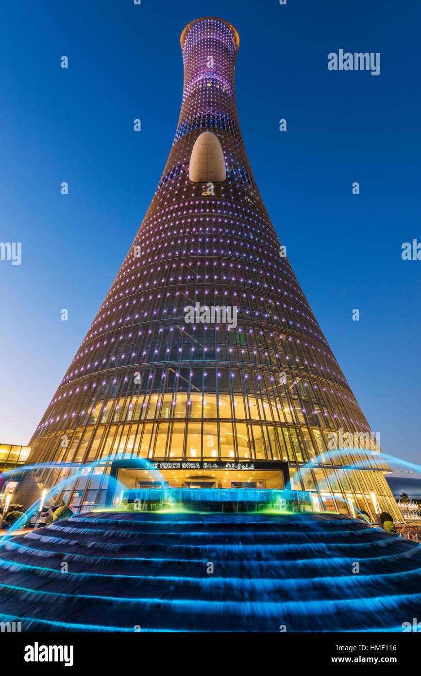 Basso angolo di vista Aspire Tower, noto anche come torcia Doha, Doha, Qatar Immagini Stock