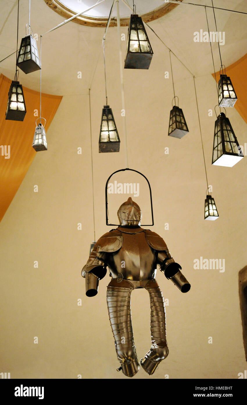 La Svezia. Malmo. Museo della città (Castello di Malmo). Camera con lampade e armor appesi al soffitto. Immagini Stock