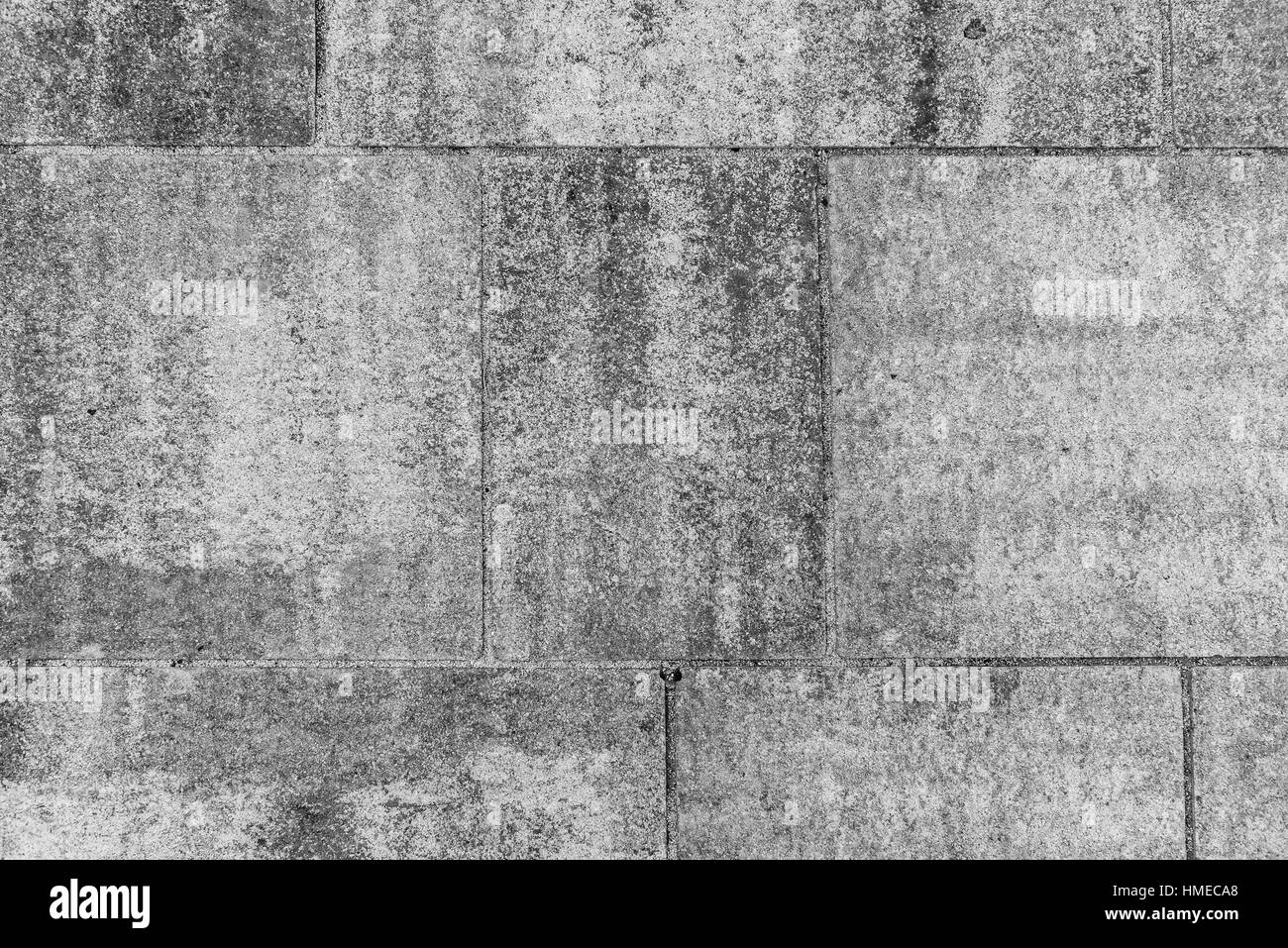 Sporco il terrazzo esterno con lastre di piastrelle. Immagine del ...
