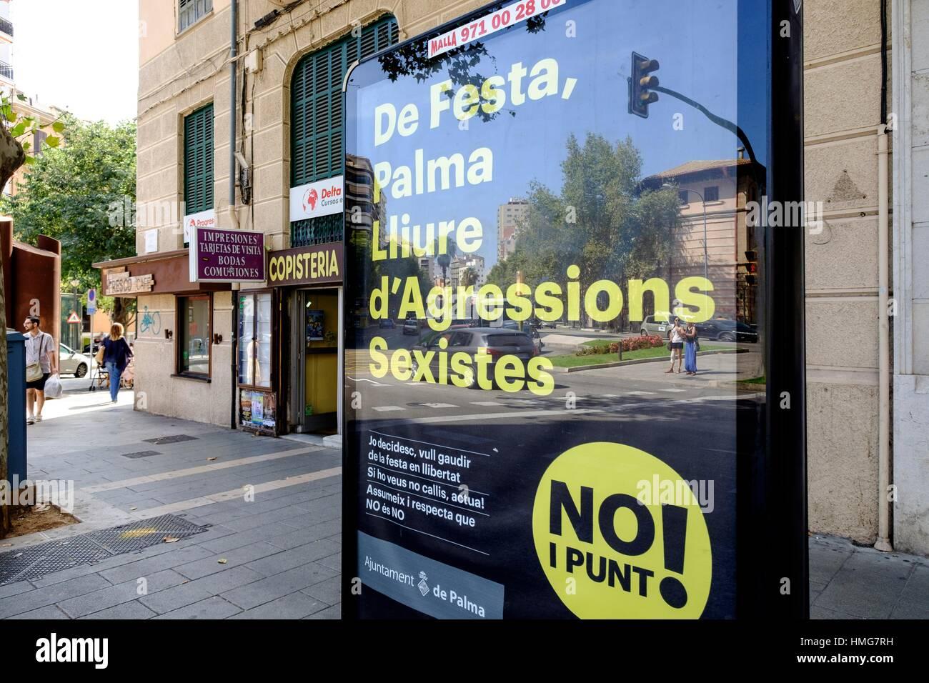 Cartello para fomentar el respeto y prevencion de agresiones sexuales, Palma di Maiorca, isole Baleari, Spagna Immagini Stock